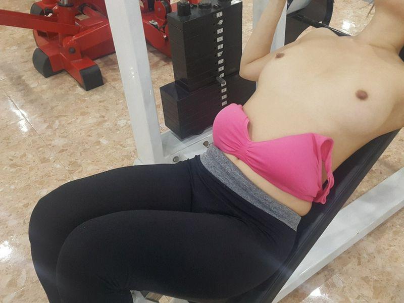 美女在健身房锻练