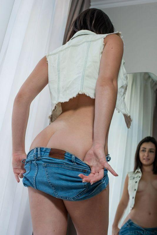 Dionisia浮肿的乳房和坚定的屁股