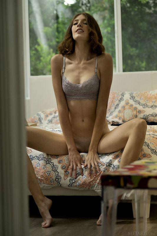 超级苗条的娃娃轻轻地脱下她的内衣让我们看她的屁股