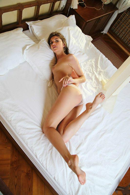 莫妮卡·床上疯狂地逗弄她光滑的身体