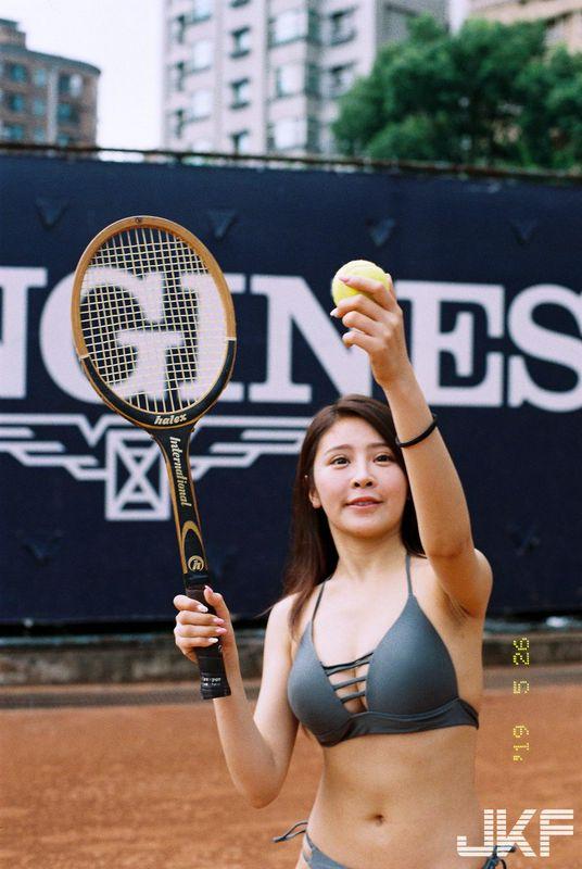 谢侑芯网球场上的俏皮辣模